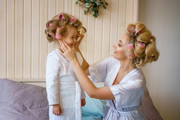Mutter und tochter schminken sich, glückliche familienbeziehung