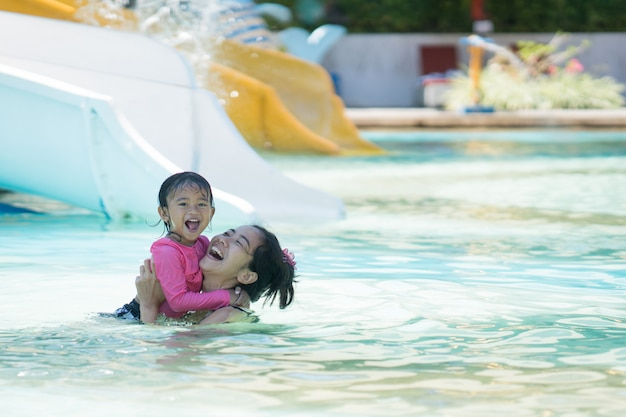 Mutter und tochter schwimmen im wasserpark