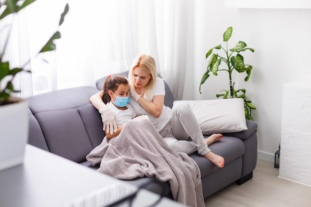 Mutter und tochter sind krank in häuslicher quarantäne