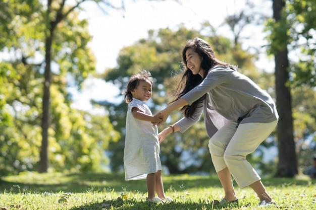 Mutter und tochter spielen im park