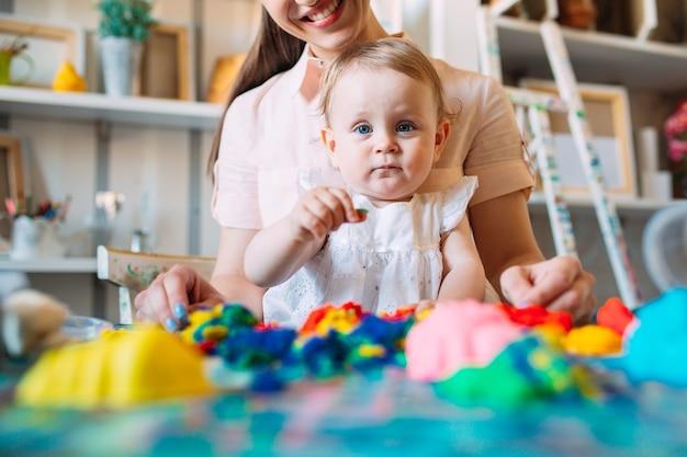 Mutter und tochter spielen mit dem kinetischen sand.