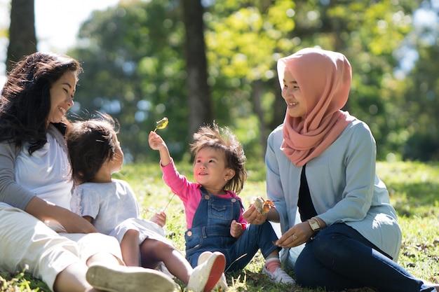 Mutter und tochter spielen mit freunden