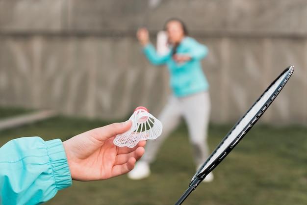Mutter und tochter spielen tennis