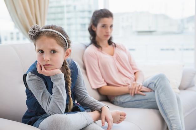 Mutter und tochter sprechen nicht nach dem streit
