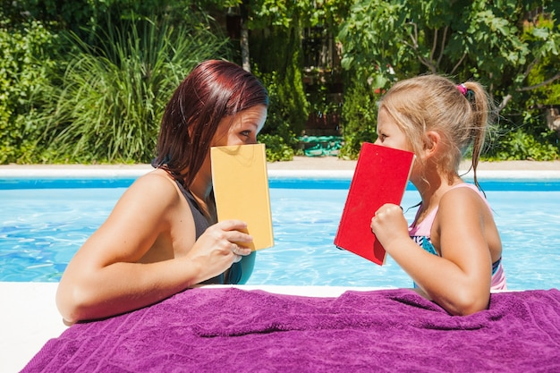 Mutter und tochter stehen im pool