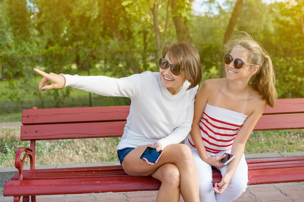 Mutter und tochter teenager sprechen