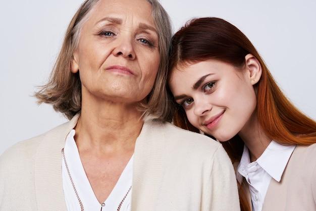 Mutter und tochter umarmen kommunikationsfamilie zusammen