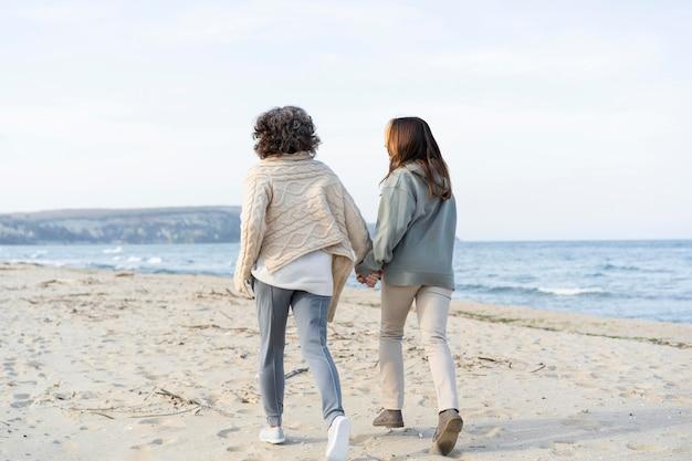 Mutter und tochter verbringen gemeinsam zeit am strand beach