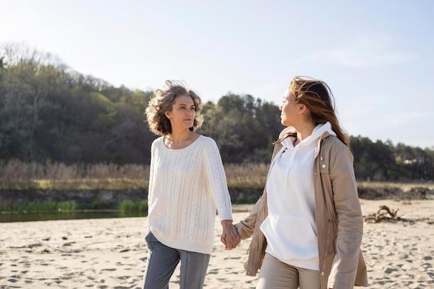 Mutter und tochter verbringen gemeinsam zeit am strand