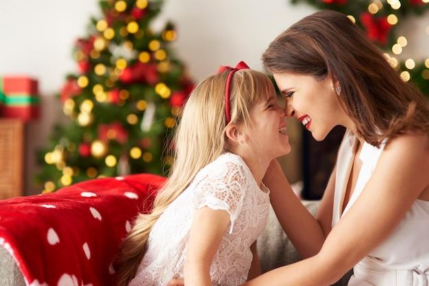 Mutter und tochter verbringen zeit miteinander
