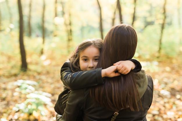 Mutter und tochter verbringen zeit zusammen in der herbstlichen gelben parksaison und im konzept für alleinerziehende