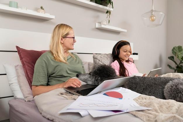 Mutter und tochter verbringen zeit zusammen mit ihrem hund