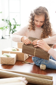 Mutter und tochter verpacken geschenke