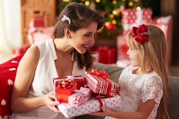 Mutter und tochter von angesicht zu angesicht beim austausch von geschenken