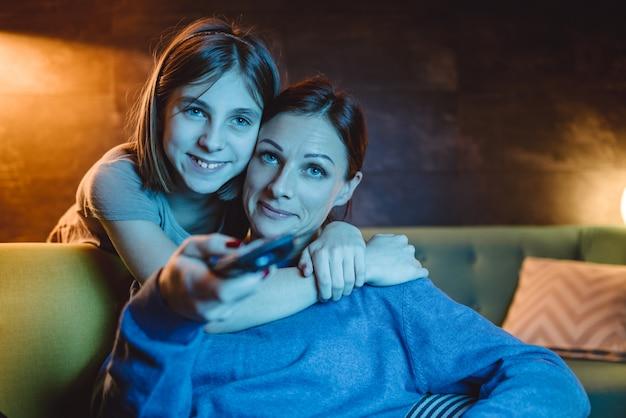 Mutter und tochter vor dem fernseher