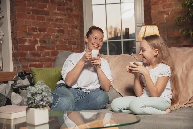 Mutter und tochter während der selbstisolierung zu hause in quarantäne