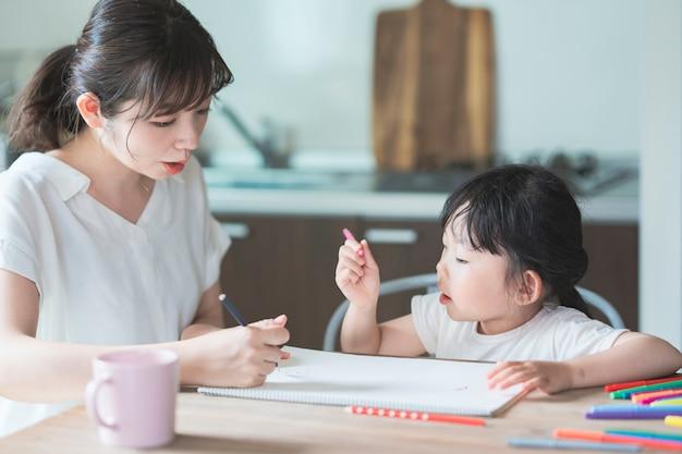 Mutter und tochter zeichnen zu hause