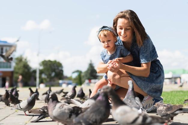 Mutter und tochter zusammen im park