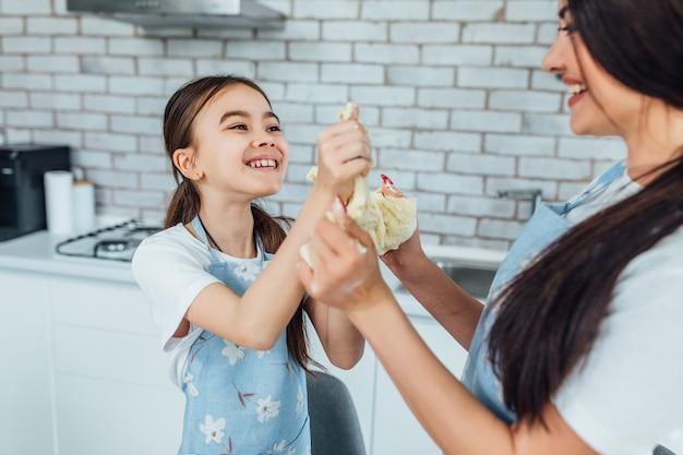 Mutter- und tochterbackenpfannkuchen an der küchen-bäckerei