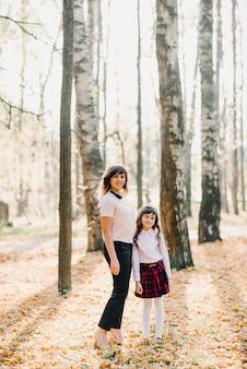 Mutter- und tochterherbst im park