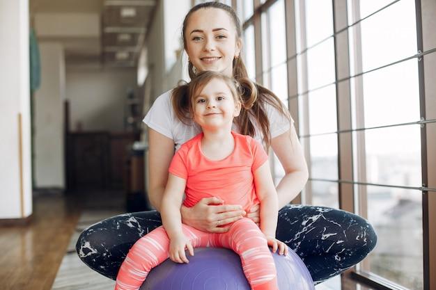 Mutter- und tochtertraining in einer turnhalle
