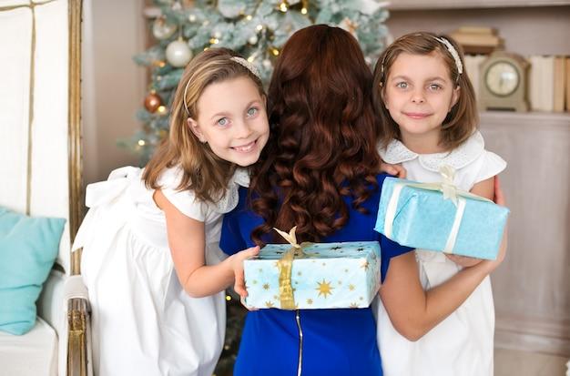 Mutter und töchter tauschen weihnachtsgeschenke aus