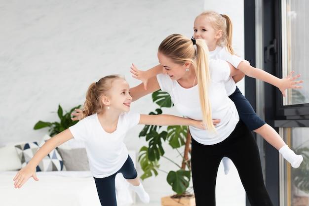 Mutter und töchter trainieren zu hause