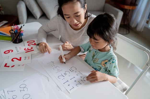 Mutter unterrichtet ihre kleine tochter in mathematik