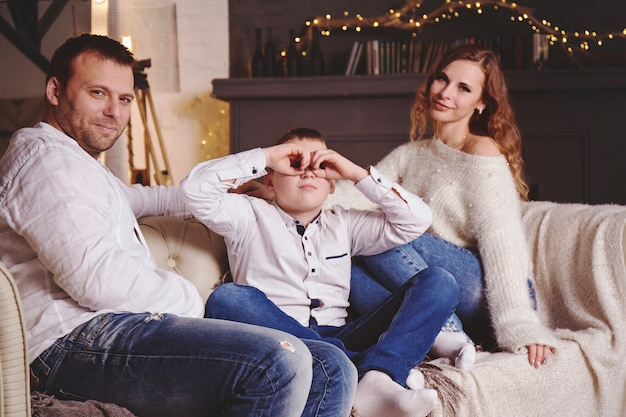 Mutter, vater und sohn haben spaß auf dem sofa am baum