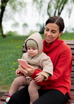 Mutter verbringt zeit mit ihrem baby