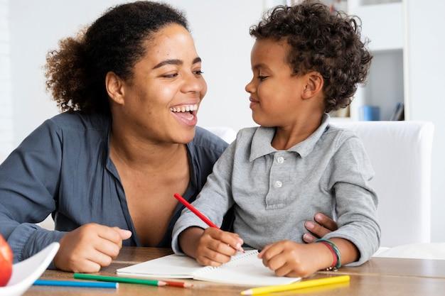 Mutter verbringt zeit mit ihrem kind