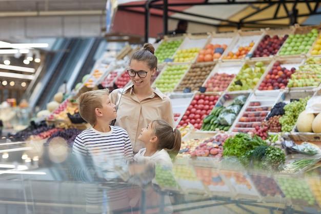 Mutter von zwei einkäufen im supermarkt