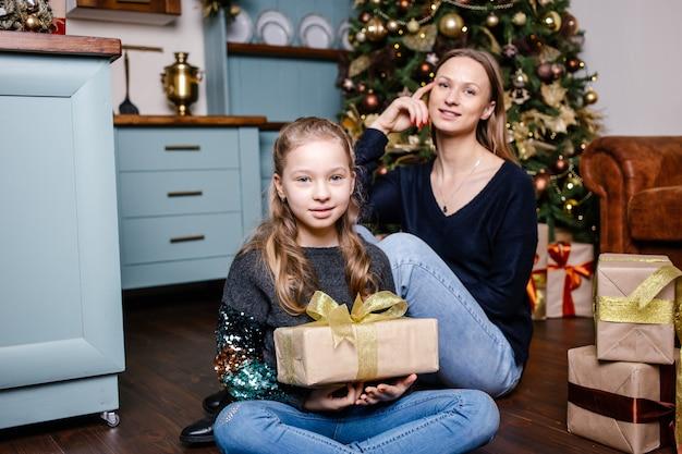 Mutter wird für tochter überraschen, gibt geschenk