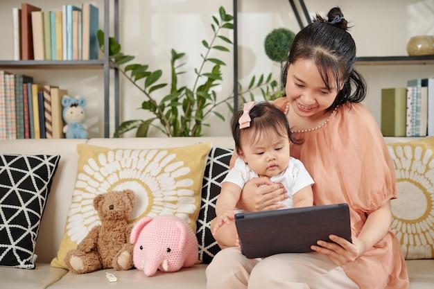 Mutter zeigt video zu baby