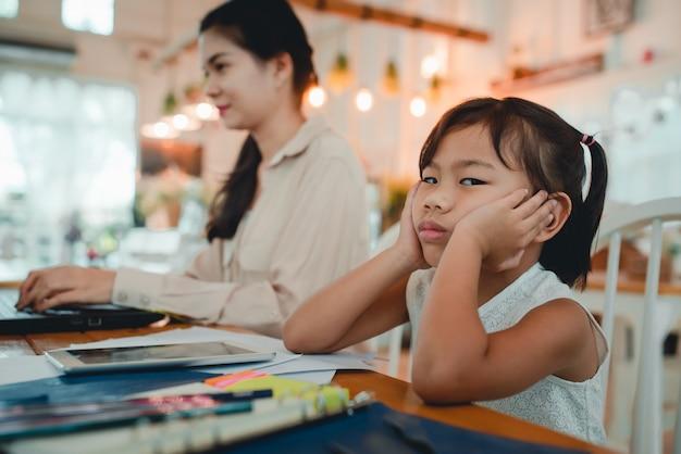 Mutter zwingt kinder, hausaufgaben zu machen und zu hause online zu lernen
