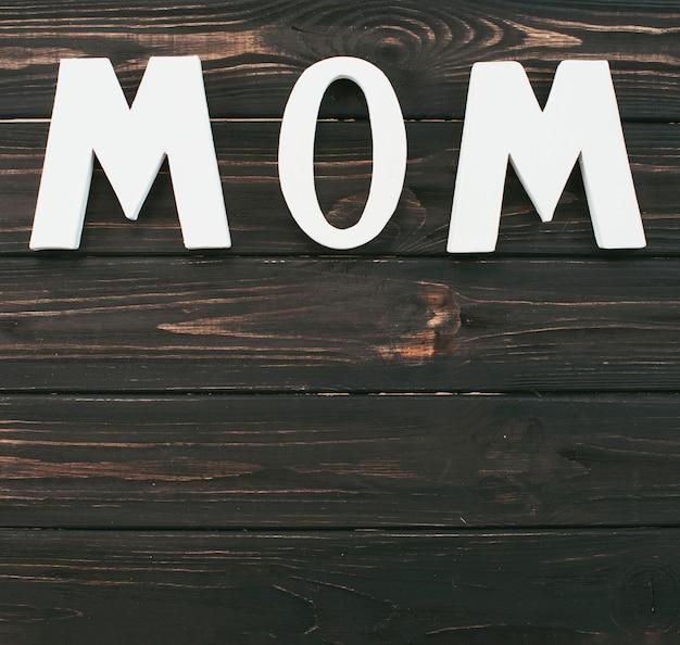Mutteraufschrift auf holztisch