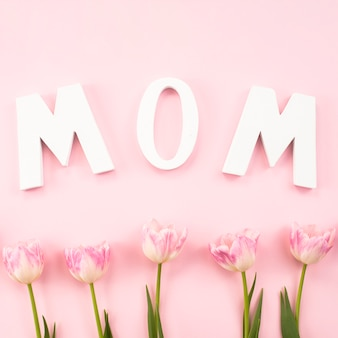 Mutteraufschrift mit tulpen auf tabelle