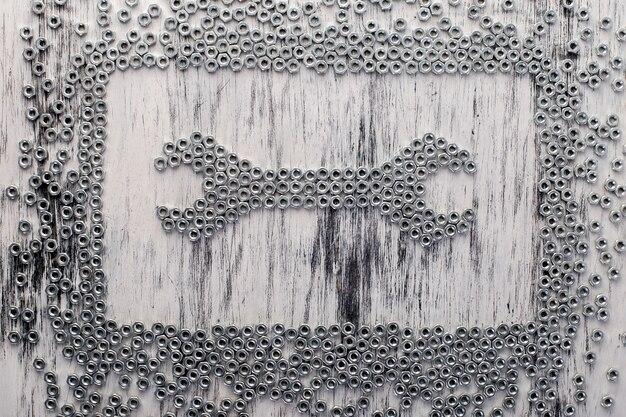 Mutternschlüssel aus metallmuttern. flach liegen.