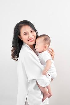 Mutterschaft und lifestyle-konzept. lächelnde junge mutter mit kleinem baby zu hause