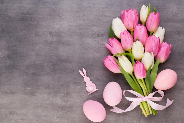 Muttertag, frauentag, ostern, rosa tulpen, geschenke auf grau.