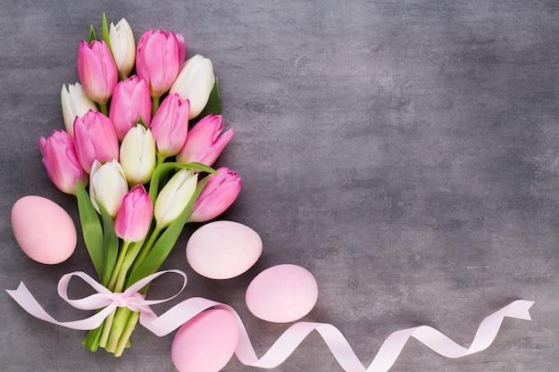 Muttertag, frauentag, ostern, rosa tulpen, geschenke auf grau