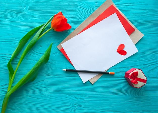 Muttertag rote tulpen und grußkarte auf grauem hintergrund