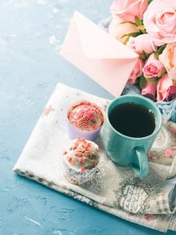 Muttertag valentine konzept muffins tasse tee umschlag