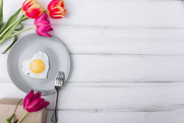 Muttertag zusammensetzung. frühstück und tulpen auf weißem hintergrund.
