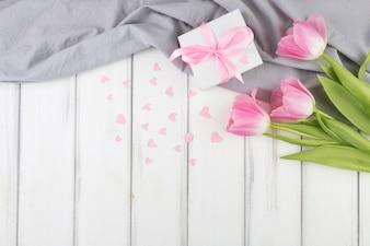 Muttertageshintergrund mit Blumen und Geschenk