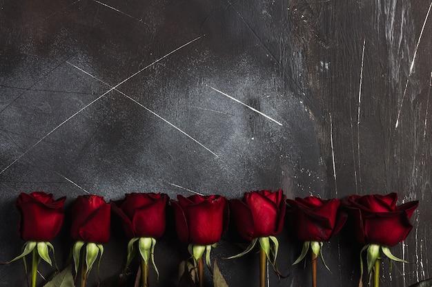 Muttertagesrot-rosengeschenküberraschung der valentinsgrußtagesfrauen auf dunkelheit