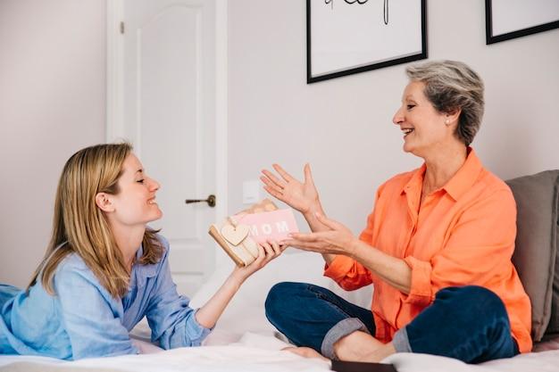 Muttertagkonzept im schlafzimmer mit geschenk