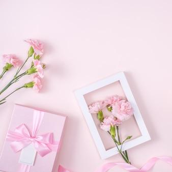 Muttertags-, valentinstag-hintergrunddesignkonzept mit rosa nelkenblume