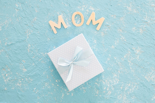 Muttertagsgeschenk auf blauem beschaffenheitshintergrund