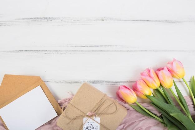 Muttertagsgeschenkkasten mit buchstaben und blumen